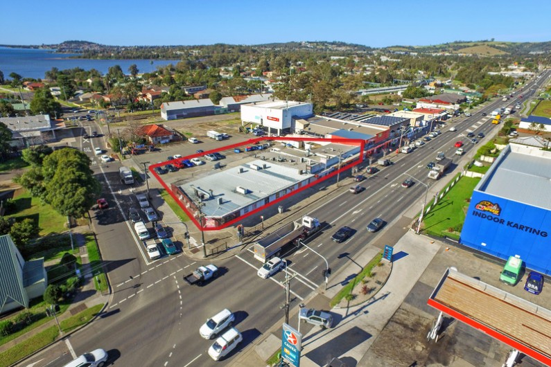 Suburban Neighbourhood Shopping Complex Sells Under the Hammer for $3.312 mil, Net Yield 5.4%.